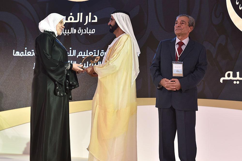 تكريم أنعام عبد اللطيف اللحام ( دار الفرح مبادرة البيان ) فئة أفضل مبادرة لتعليم اللّغة العربيّة وتعلّمها في التّعليم المبكّر